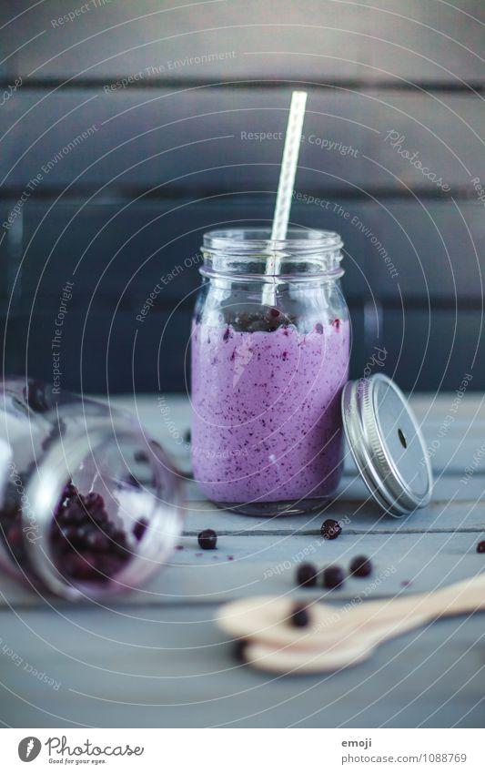 Kokosmilchshake mit Blaubeeren Milcherzeugnisse Frucht Ernährung Bioprodukte Fasten Getränk Erfrischungsgetränk Milchshake lecker süß blau Trinkhalm Farbfoto