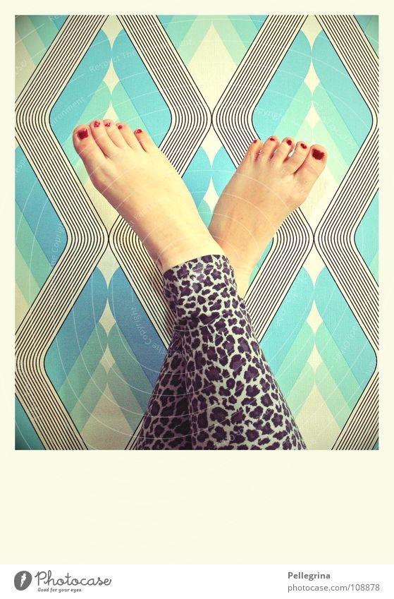 fetish Zehen Nagel Leopard retro Tapete Siebziger Jahre rot lackiert Frau Wade Fuß Beine Haut blau Barfuß