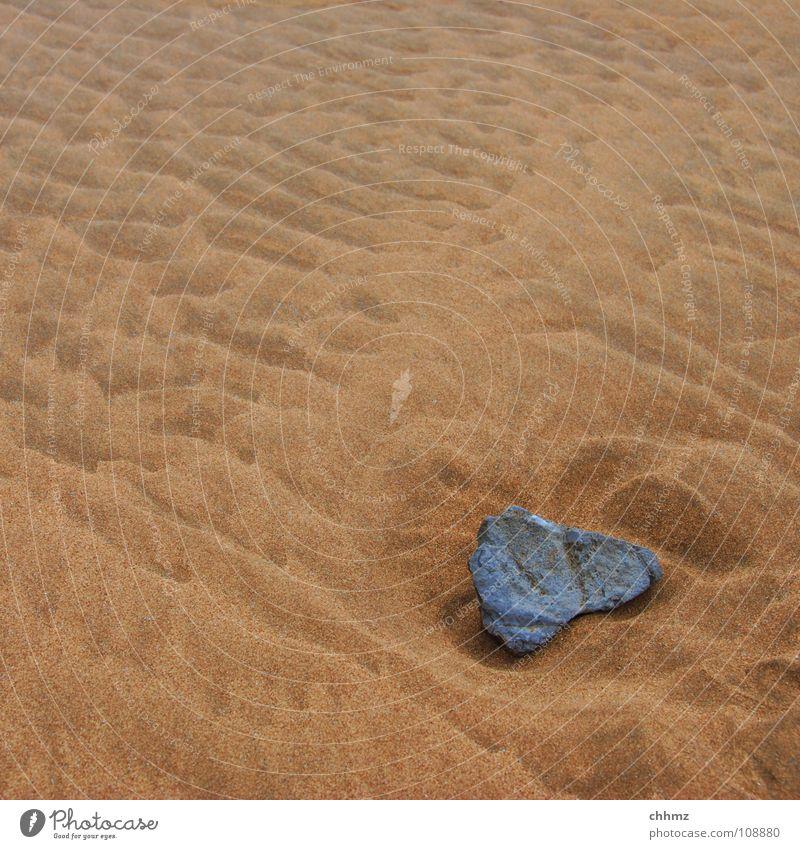 Einprägsam Meer Strand Stein Sand Wellen Küste weich untergehen hart Flut Gezeiten Ebbe