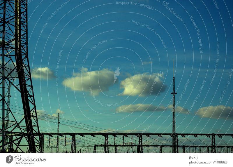 Umspannwerk Elektrizität Stromverbrauch Verkehrswege Versorgung elektrisch verteilen Metamorphose gefährlich Lebensgefahr Station Wolken Himmel hell-blau