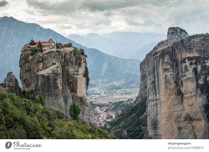 Meteora in Griechenland. Meteora ist die Klöster schön Ferien & Urlaub & Reisen Tourismus Sommer Berge u. Gebirge Natur Landschaft Wald Felsen Kirche
