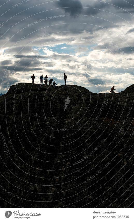 Menschen auf der Spitze der Felsen. Bewölkter Himmel. Natur Ferien & Urlaub & Reisen Mann Landschaft Wolken Erwachsene Berge u. Gebirge Sport Glück Freiheit