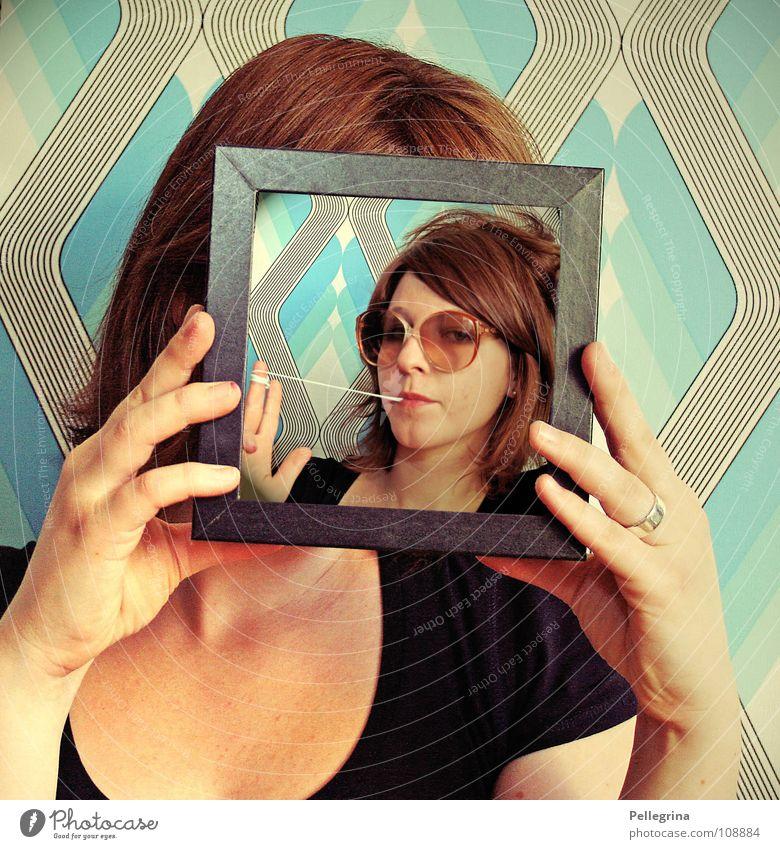 retro star Brille Frau Siebziger Jahre Kaugummi Tapete Hand verdeckt spielerisch Dekolleté Fotografie Gesicht Haare & Frisuren Rahmen kleister kruez und quer