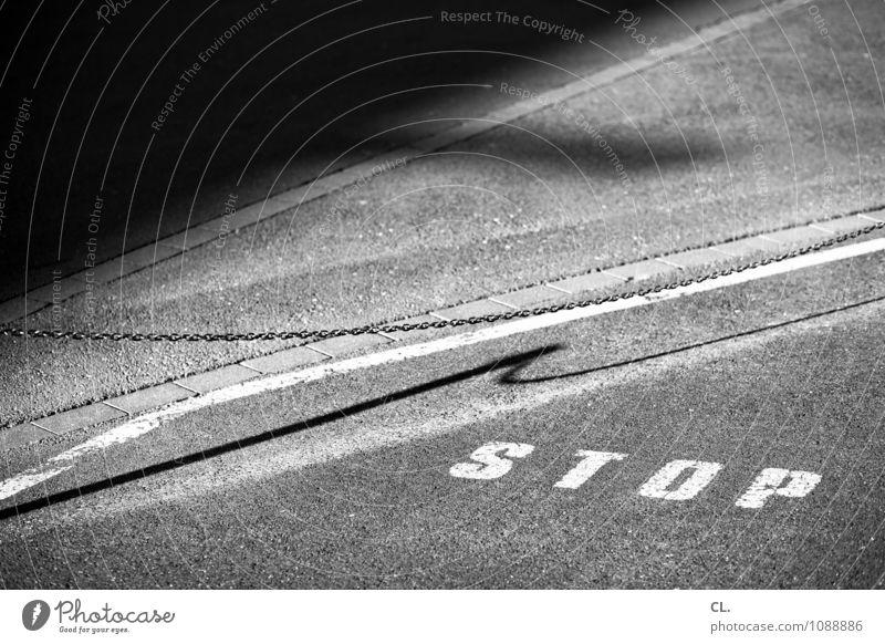 haltestelle Verkehr Verkehrswege Straßenverkehr Autofahren Wege & Pfade Boden Asphalt Kette Barriere Grenze Halteverbot Schriftzeichen Schilder & Markierungen