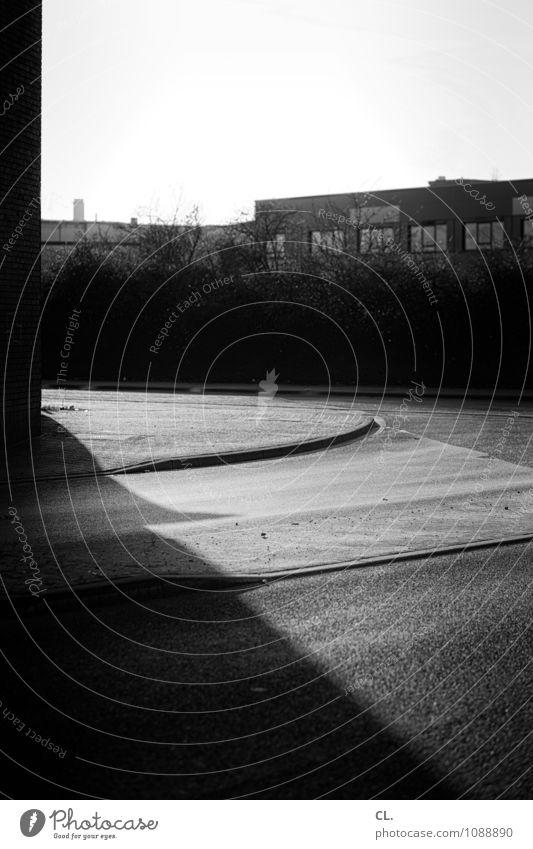 stille straße Himmel Einsamkeit ruhig dunkel Wand Straße Wege & Pfade Gebäude Mauer Verkehr Sträucher Schönes Wetter Bürgersteig Fabrik Verkehrswege Kurve