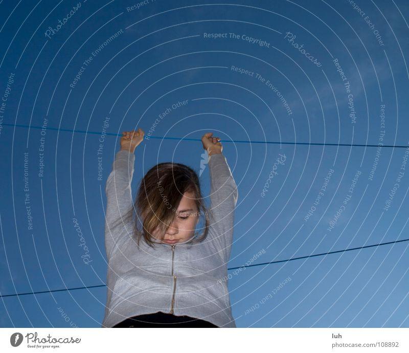 hanging around Mädchen hängen gammeln Erholung Wäscheleine Sauberkeit dreckig trocknen Waschtag Bekleidung Dinge Kleid himmelblau Froschperspektive festhalten