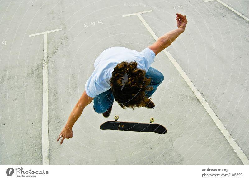 Fakie Flip with Style Mann Freude Stil Junge Sport fliegen Linie springen genießen fahren sportlich Skateboarding anstrengen Parkplatz parken Rolle