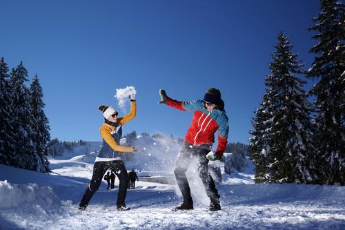Schneeballschlacht Mensch Natur Jugendliche Landschaft Freude 18-30 Jahre Winter Erwachsene Berge u. Gebirge Glück Paar Freundschaft Schneefall Fröhlichkeit