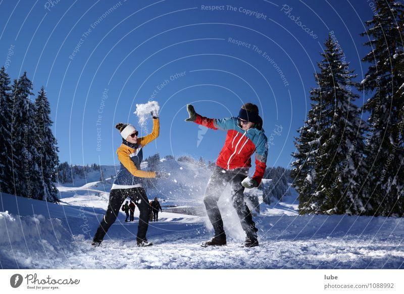 Schneeballschlacht Mensch Natur Jugendliche Landschaft Freude 18-30 Jahre Winter Erwachsene Berge u. Gebirge Schnee Glück Paar Freundschaft Schneefall Fröhlichkeit Schönes Wetter