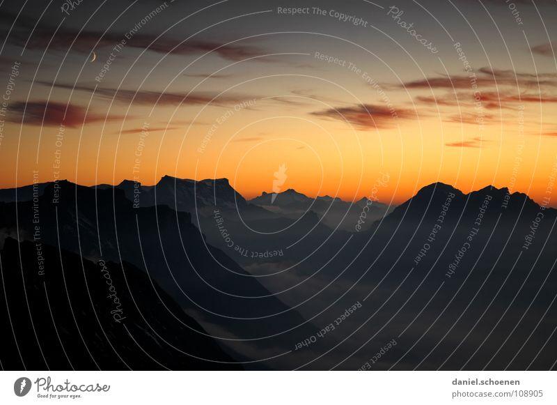Halbmond Sonnenuntergang Cirrus Klimawandel Schweiz Berner Oberland wandern Bergsteigen Freizeit & Hobby Ausdauer weiß Wolken Hochgebirge Sauberkeit Luft zyan