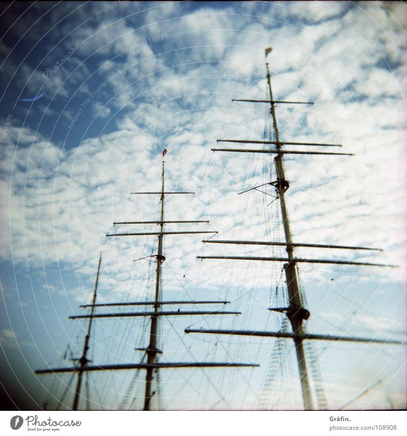 Ein Wind... Himmel alt Wolken Wasserfahrzeug fahren Sehnsucht Hafen Stahl Strommast Seemann Segelschiff Kapitän Frachter Lomografie Achterschiff Windjammer