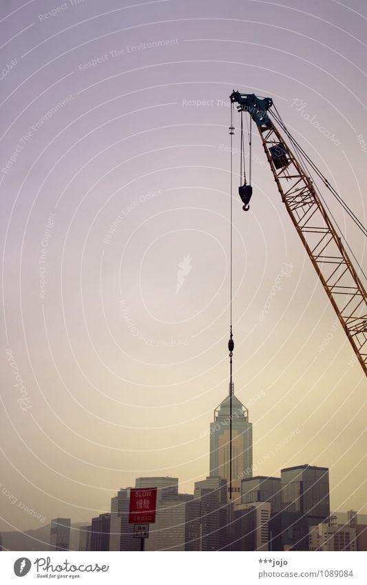 how to build a skyscraper. Stadt Haus Architektur Gebäude Fassade Hochhaus Perspektive Beton Baustelle violett Asien Bauwerk Skyline Wahrzeichen Abenddämmerung