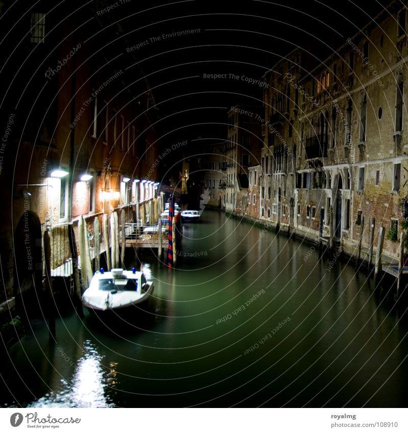 Tod in Venedig Italien Wasserfahrzeug grün schwarz weiß Licht dunkel Nacht Steg Laterne Haus verfallen Reflexion & Spiegelung Einsamkeit ruhig