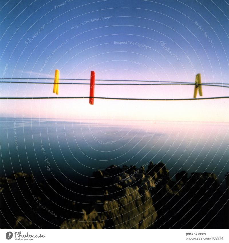 LochbildSizilien01 Sonne Meer Ferne Küste Wäscheklammern