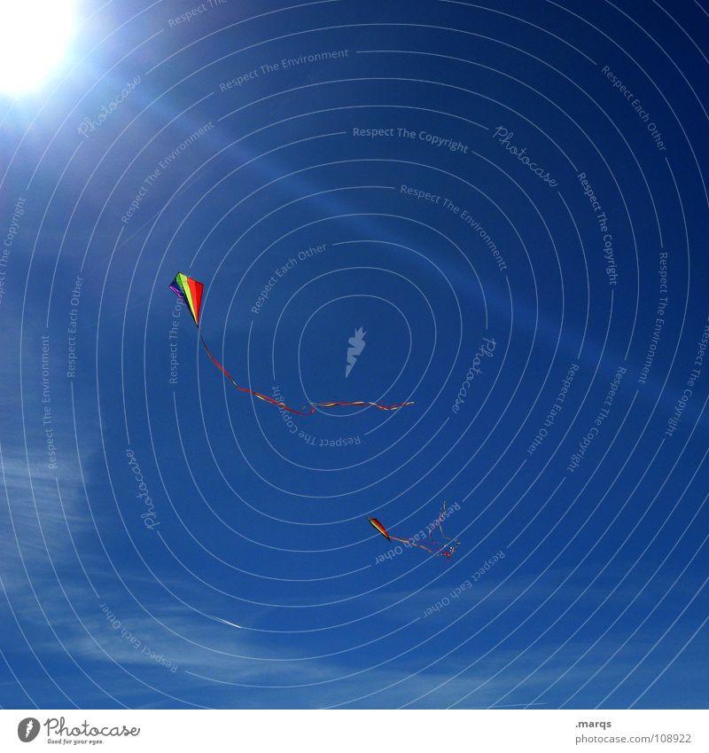 Drachentag Sonnenstrahlen mehrfarbig steigen flattern laufen Herbst Spielen führen Flugzeug Kiting Kondensstreifen Freude Himmel Beleuchtung Lampe blau fliegen