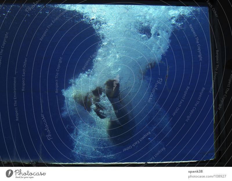eingetaucht tauchen springen Schweben Knall Schwimmbad Sommer Wasser blau Blubbern