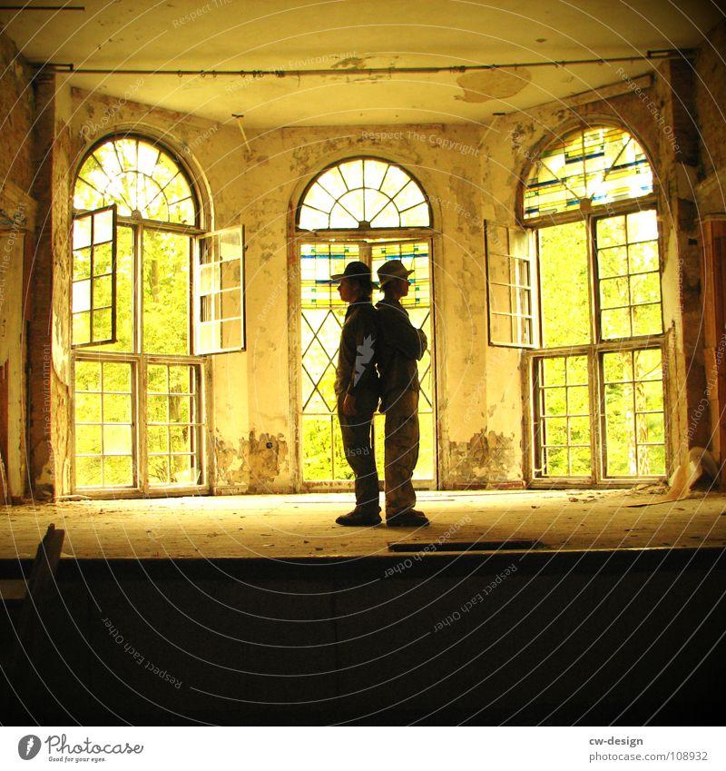 [SAFARI] - AKT 2 Mensch Mann alt Ferien & Urlaub & Reisen Baum Einsamkeit Wolken Fenster dunkel Gebäude Traurigkeit Horizont Tür maskulin Wüste verfallen