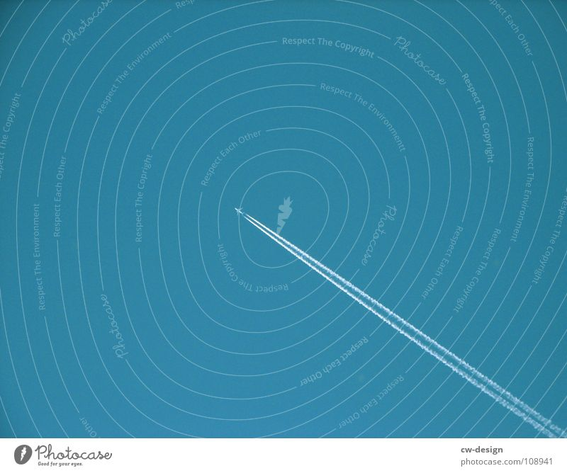 JIMMY RAKETE Kondensstreifen Flugzeug 2 Mitte Luft minimalistisch frei simpel Luftverkehr Düsenflugzeug blau klein Fluchtpunkt Fluchtlinie Klarer Himmel