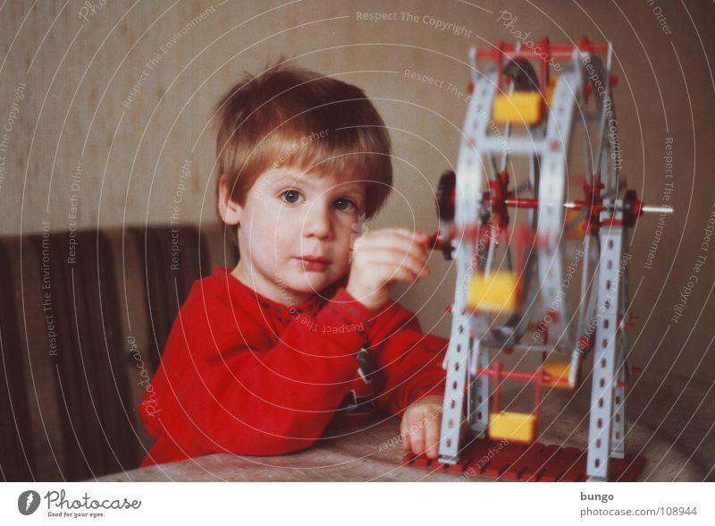 Kleiner bungo klein Kind Kleinkind Spielen Blick Spielzeug Basteln Trauer früher Achtziger Jahre drehen Konzentration Freude Junge bauen Traurigkeit Sehnsucht