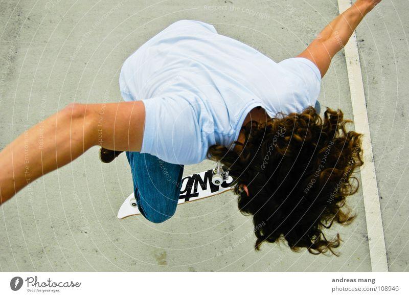 Fakie Flip close up Mann Freude Stil Sport fliegen Linie springen genießen fahren sportlich Skateboarding anstrengen Parkplatz parken Rolle extrem