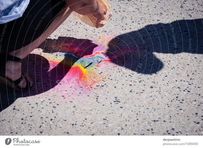 kleines Malheur Mensch Stadt Farbe Sommer ruhig Freude Erwachsene Leben Graffiti Farbstoff Bewegung Wege & Pfade feminin Beine Ausflug beobachten