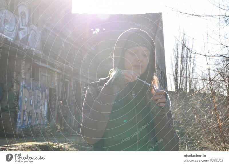 MP98 - Sun sun sun Mensch Jugendliche Stadt schön Junge Frau Sonne Einsamkeit 18-30 Jahre Erwachsene Leben Wand Traurigkeit feminin natürlich Mauer Spielen