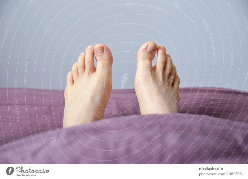 Sonntag Glück Gesundheit harmonisch Wohlgefühl Zufriedenheit ruhig Häusliches Leben Wohnung Bett Schlafzimmer feminin Fuß 1 Mensch 18-30 Jahre Jugendliche