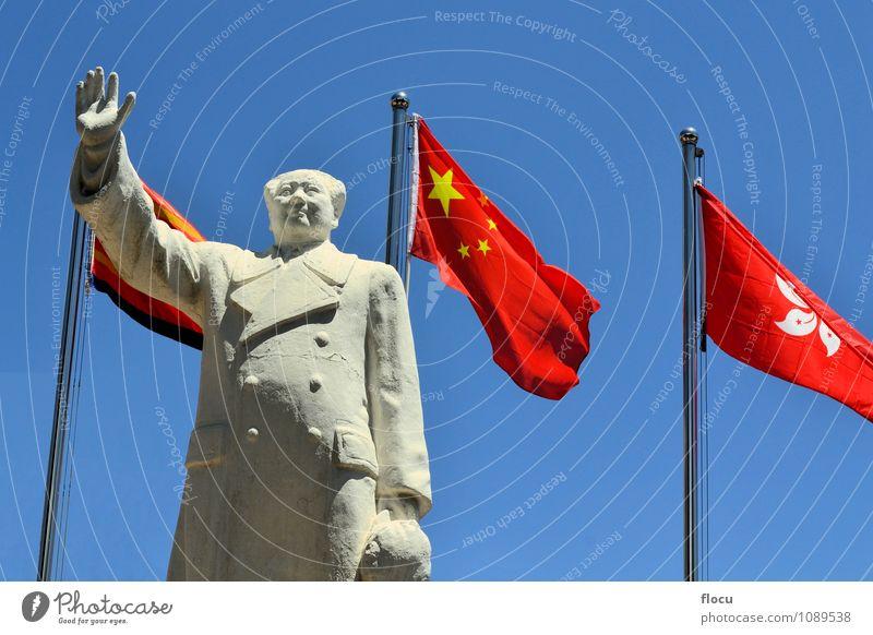 Vorsitzender Mao Zedong mit chinesischer Flagge Himmel blau rot Hand historisch Symbole & Metaphern Asien Fahne Statue China Gott Politik & Staat Fahnenmast