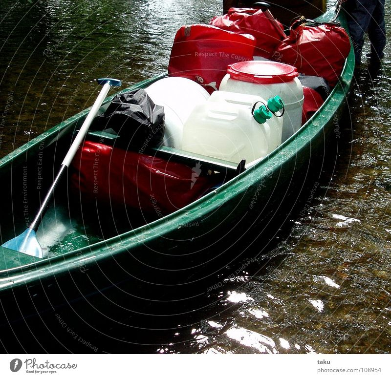 WER SEIN KANU LIEBT, DER SCHIEBT Juni Kanutour Arbeit & Erwerbstätigkeit Paddel Wasserkanister Schwimmweste Regenjacke schieben anstrengen Schnur Wassersport