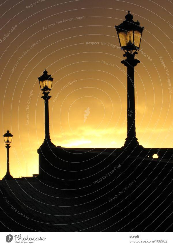 Sonnenuntergang in Stockholm Himmel Sonne Stadt ruhig Straße Herbst Wärme Stimmung Beleuchtung Sonnenuntergang Romantik Physik Laterne Verkehrswege Straßenbeleuchtung Schweden