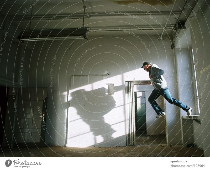 ruhestoerer drei Jugendliche alt weiß Sonne ruhig Einsamkeit springen Fenster Bewegung Luftverkehr Fabrik verfallen