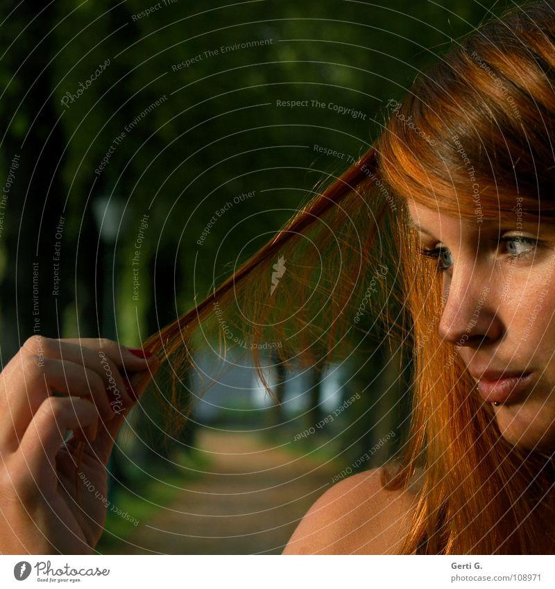 check Physik Sprichwort Hand Finger Frau Junge Frau rothaarig langhaarig Piercing henna-rot Haarfarbe Sonnenlicht Rotstich Allee Baum Baumreihe festhalten
