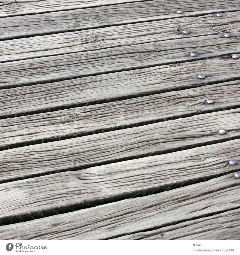 aus der Zeit gefallen   Hafenromantik Wege & Pfade Steg Anlegestelle Schiffsplanken Holzfußboden Nagel Furche Fuge Spalte Linie eckig historisch kaputt lang