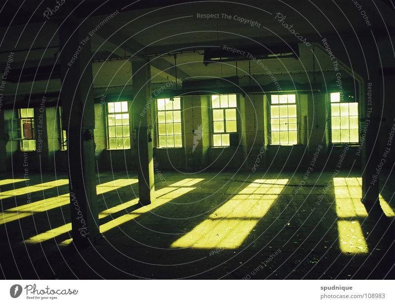 vergangene gegenwart alt ruhig Fenster leer Industrie Fabrik verfallen Vergangenheit Lagerhalle Größe