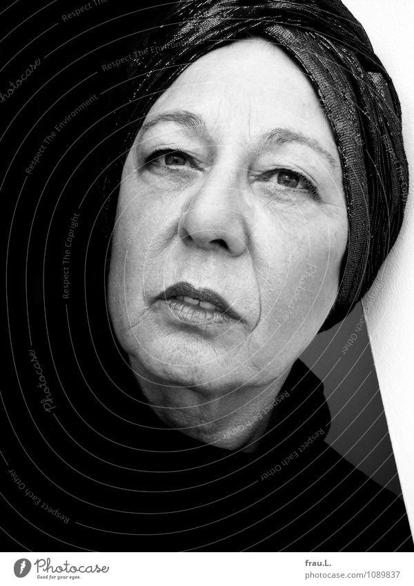 Schwarz-Weiß elegant Schminke Lippenstift Mensch feminin Frau Erwachsene Weiblicher Senior Gesicht 1 60 und älter Turban Blick träumen einzigartig ruhig