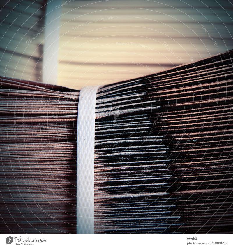 Überdruck Papier Werbebranche Werbung Prospekt Zeitung Stapel gebunden Schnur Kunststoff liegen warten Vignettierung Farbfoto Gedeckte Farben Nahaufnahme