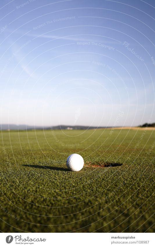 einlochen Feld Golfball Golfplatz Gras grün Himmel Sonnenaufgang Abschlag Ballsport Ass golf course grass pitch Rasen sky Sport sports Tee verhaften Loch par