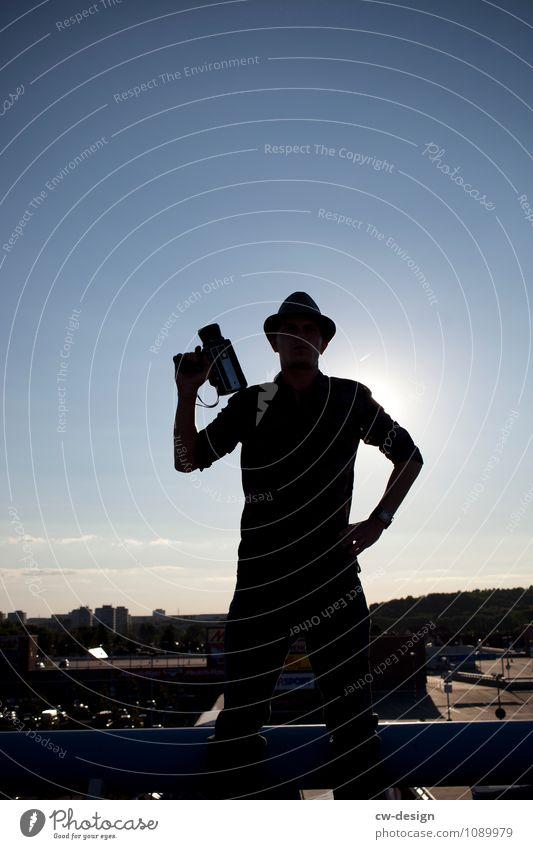 Mann mit Filmkamera Mensch Jugendliche Junger Mann Erholung 18-30 Jahre Erwachsene Leben natürlich Arbeit & Erwerbstätigkeit maskulin Kommunizieren stehen
