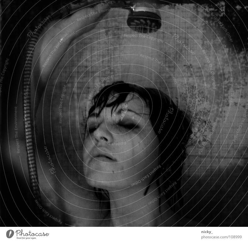ELECTRO Frau schwarz weiß nass woman femaile shower Dusche (Installation) Wasser black white wet Unter der Dusche (Aktivität)