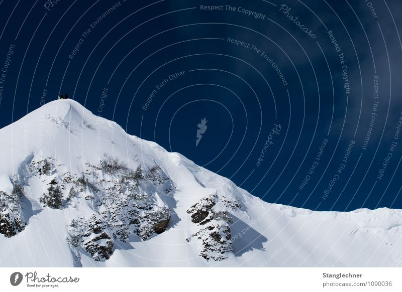 On the top Mensch Natur Ferien & Urlaub & Reisen blau weiß Landschaft Winter Berge u. Gebirge Umwelt Gefühle natürlich Sport Lifestyle oben Felsen Kraft