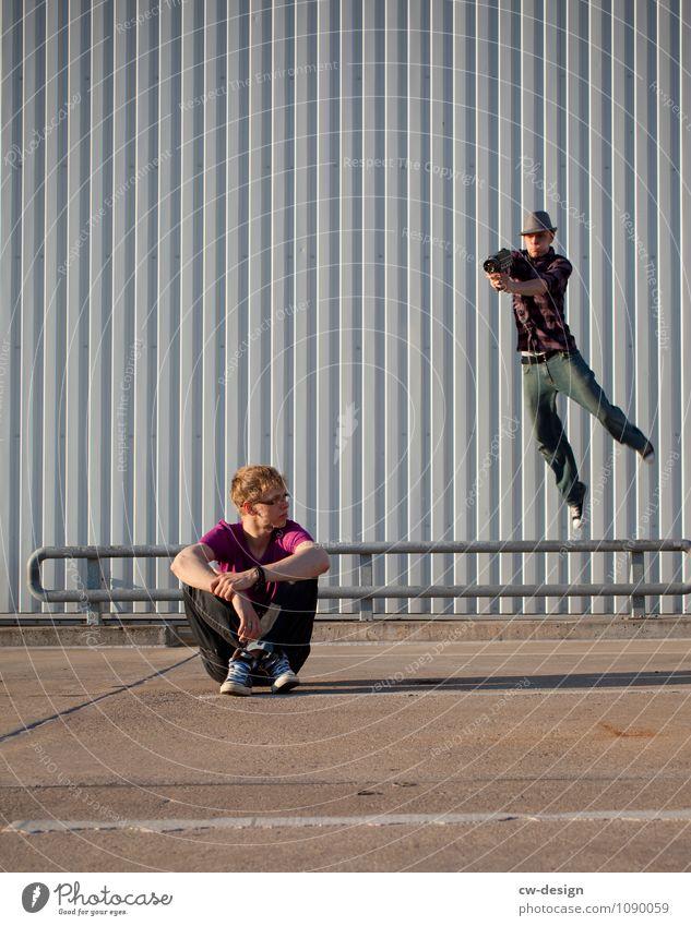 Im Anflug Mensch Jugendliche Mann Erholung Junger Mann 18-30 Jahre Erwachsene Wand Leben Mauer Lifestyle fliegen Fassade Freundschaft springen maskulin