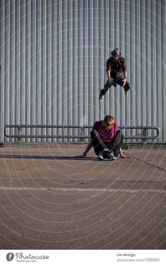 Springender Fotograf mit Model Mensch Jugendliche Mann Junger Mann Erholung Freude 18-30 Jahre Erwachsene Lifestyle Leben kalt Stil fliegen