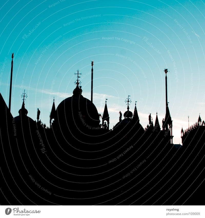 abendland schwarz Sonnenaufgang Bauwerk Markusplatz Platz dunkel Silhouette Fahnenmast Venedig Italien Turm Dach Morgen Frieden ruhig Gotteshäuser blau Spitze