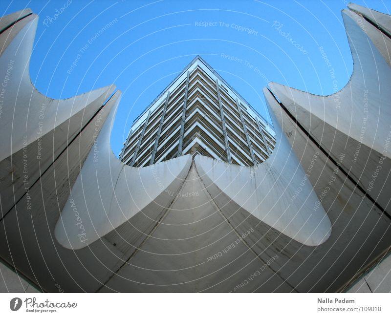 Reisebüro von Gestern Heute Himmel blau weiß Berlin modern Hochhaus Mitte aufwärts DDR vertikal himmelwärts Fassadenverkleidung Reisebüro Moderne Architektur Hochhausfassade