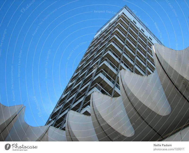 Blauer Himmel und Haus blau weiß Architektur modern Hochhaus aufwärts DDR vertikal streben Wolkenloser Himmel himmelwärts Fassadenverkleidung Reisebüro