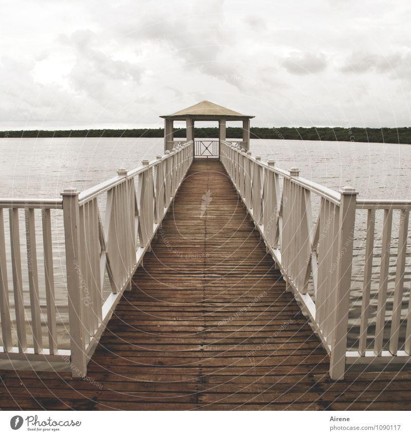 Irgendwo muss auch mal Schluss sein Wolken Wetter Seeufer Meer Lagune Brücke Steg Anlegestelle Pavillon Dach Brückengeländer Holzgeländer dunkel trist braun