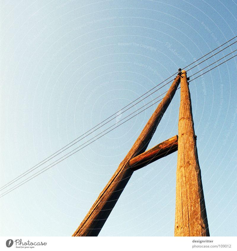 """Wer """"B"""" sagt … Buchstaben Lateinisches Alphabet Telefonleitung Telefonmast Elektrizität Strommast Hochspannungsleitung Elektrisches Gerät verbinden Himmel"""
