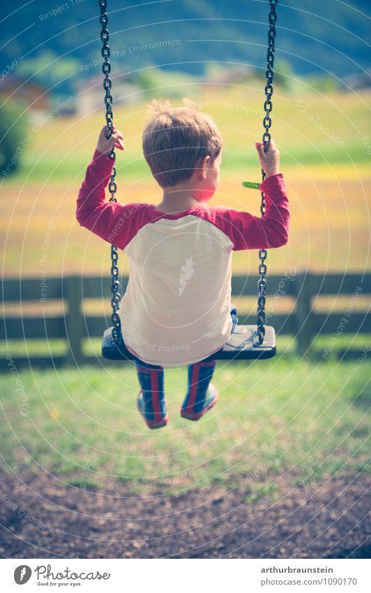 Kind mit Gummistiefel schaukelt im Garten Freizeit & Hobby Spielen Mensch maskulin Kindheit 1 3-8 Jahre Natur Sonnenlicht Schönes Wetter Park Wiese T-Shirt