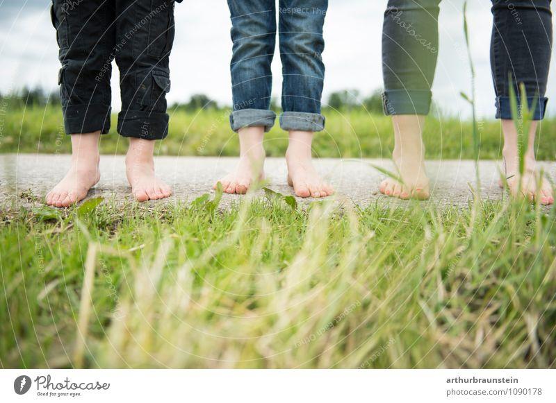 Füße auf der Straße vor der Wiese Mensch Frau Kind Natur Wolken Erwachsene Leben Liebe Wiese feminin Glück Gesundheit gehen Fuß Lifestyle Familie & Verwandtschaft