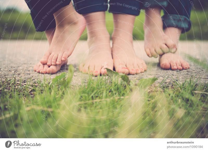 Füße barfuß auf der Straße vor der Wiese Mensch Kind Natur Jugendliche Junge Frau Landschaft Erwachsene Bewegung feminin Glück Gesundheit Garten gehen maskulin